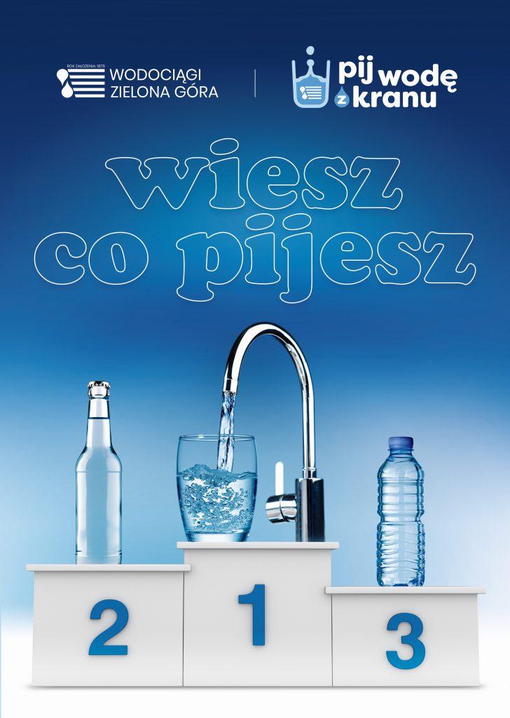 Plakat z podium na którym woda nalewana z kranu zielonogórskich wodociągów do szklanki zajmuje 1 miejsce.